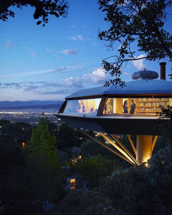 Bár ez a futurisztikus építmény már 1960 óta áll Los Angelesben, az építészek szerint a jövőben egyre többen akarnak majd ilyen, város fölé emelkedő körpanorámás házakban élni.