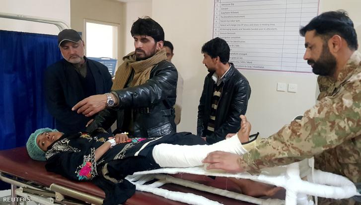 A 12 éves Samina elsősegélyt kap a pakisztáni Muzaffarabad kórházban, 2020. január 15-én.