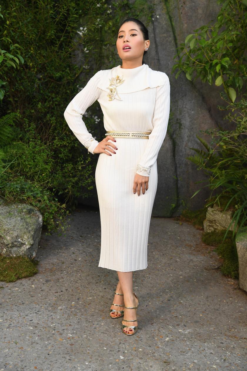 Sirivannavari Nariratana öltözködéséből csak úgy sugárzik az elegancia és a nőiesség. Ebben a fehér, testhez álló ruhában gyönyörűn fest, az arany kiegészítők pedig még kifinomultabbá teszik a megjelenését.