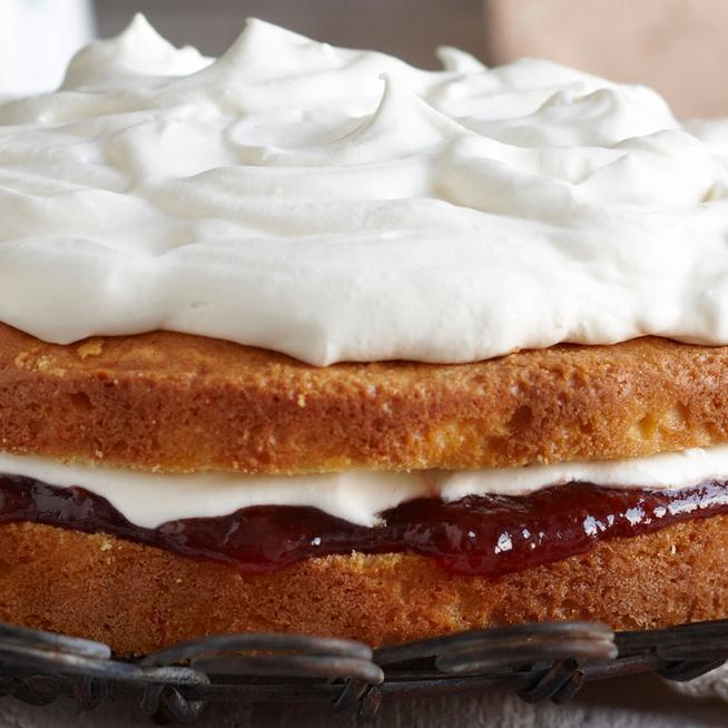 Mennyei angol vajas süti: az omlós Viktória-tortát a tejszínhab teszi teljessé