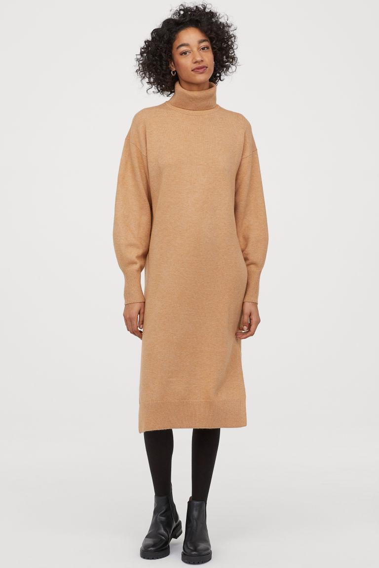 A H&M tevebarna, kötött pulóverruhája kényelmes, csinos, és bár nem feszes, nem szélesíti túlságosan az alakot. 6290 forintért vásárolhatod meg.