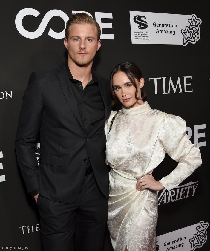 A fiatalember Alexander Ludwig modell-színész, mellette Kristy Dawn Dinsmore feszít