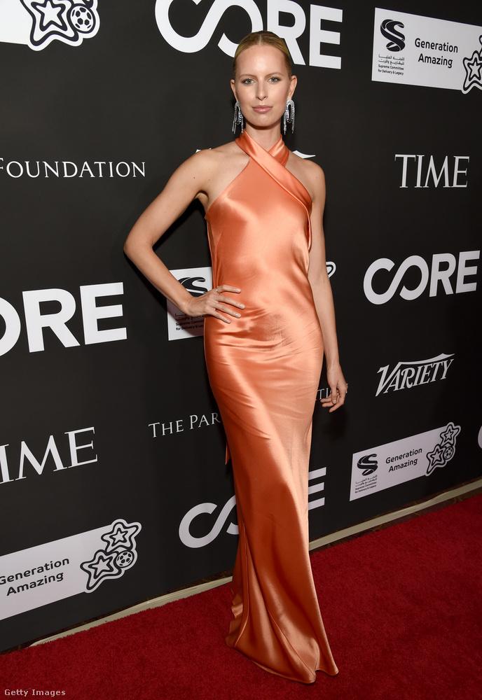 Nem Naomi Campbell volt az egyetlen modell: színes ruhával hívta fel magára a figyelmet a sok feketébe öltözött sztár között Karolina Kurková.