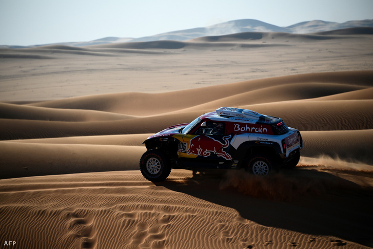 Carlos Sainz Minijével a Dakar dűnéin, Szaúd-Arábiában