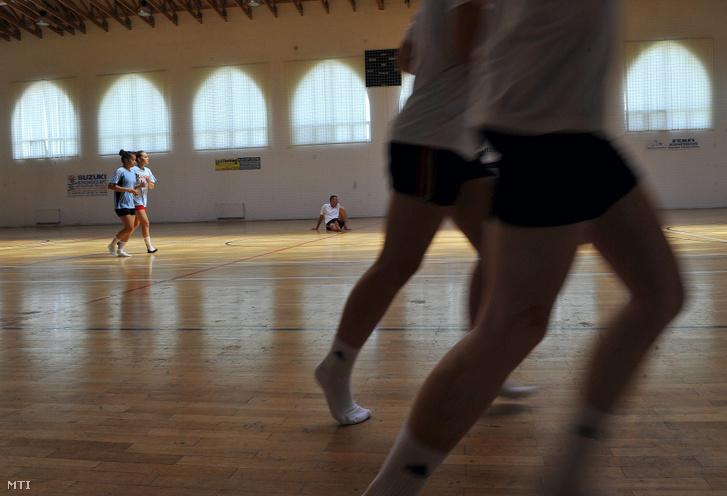 A Nemzeti Kézilabda Akadémia utánpótlás évfolyamának ifi és junior korosztályú lányai edzenek 2013. augusztus 8-án.