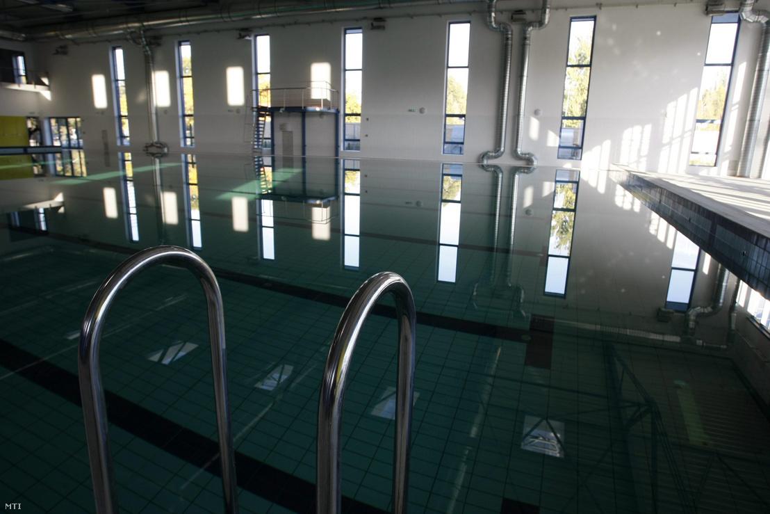 A szolnoki Vízilabda Aréna medencéje a Tiszaligetben 2013. október 8-án. A létesítmény nettó 870 millió forintból épült a társaságiadó-kedvezménybõl (TAO) származó állami sporttámogatással.