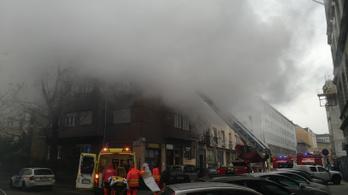 30 tűzoltó oltott egy lángoló lakást a IX. kerületben