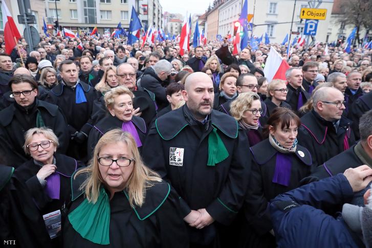 Európai országokból érkezett jogászok tüntetnek Varsóban 2020. január 11-én. A tüntetők a bíróságokról szóló lengyel törvény tervezett módosítása ellen tiltakozó lengyel bírókkal fejezik ki szolidaritásukat.