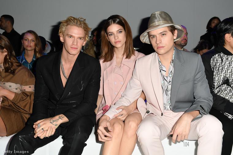 Összeborultak celebtársaikkal a divatbemutató közönségének első sorában.