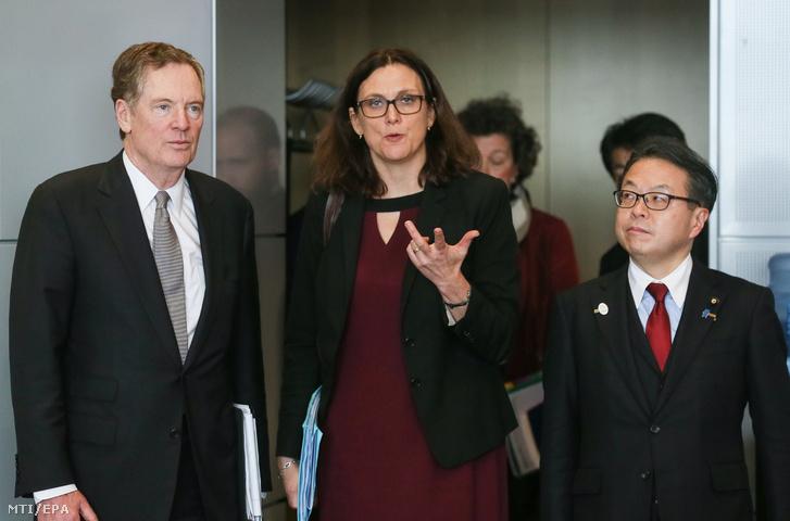 Cecilia Malmström az Európai Bizottság kereskedelemért felelős tagja fogadja Szeko Hirosige japán gazdasági kereskedelmi és ipari minisztert (j) és Robert Lighthizer amerikai kereskedelmi főképviselőt a bizottság brüsszeli székházában 2018. március 10-én két nappal az után hogy Donald Trump amerikai elnök az acélimportra 25 az alumíniuméra pedig 10 százalékos vám kivetését rendelte el.