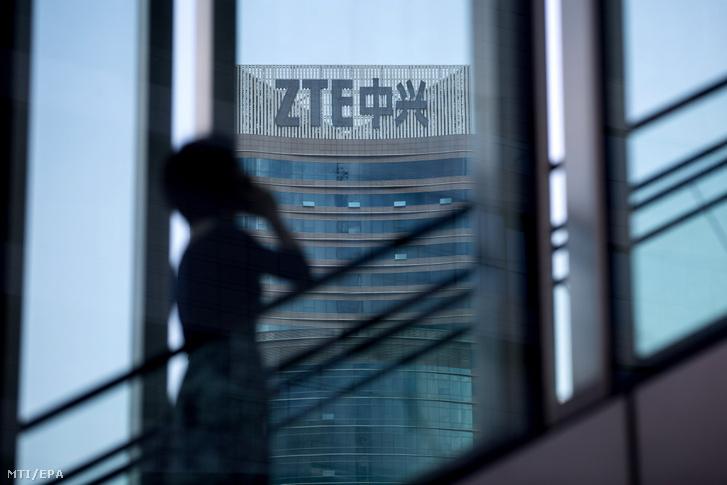 A ZTE kínai mobil távközlési vállalat sencseni székháza 2018. május 14-én. A ZTE néhány nappal korábban leállította tevékenységét mert az amerikai kereskedelmi minisztérium hét évre megtiltotta alkatrészek és szoftverek eladását a kínai cégnek. Donald Trump amerikai elnök május 13-án közölte: az Egyesült Államok Kínával együtt azon munkálkodik hogy a ZTE mielőbb ismét talpra állhasson.