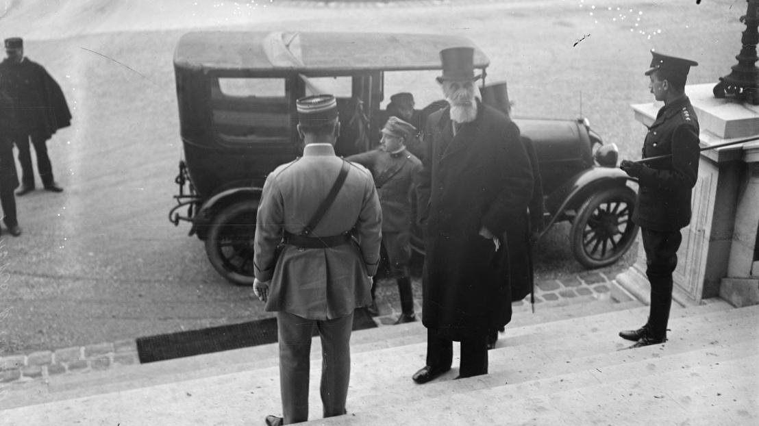 1920px-Le comte Apponyi, chef de la délégation hongroise, arrive