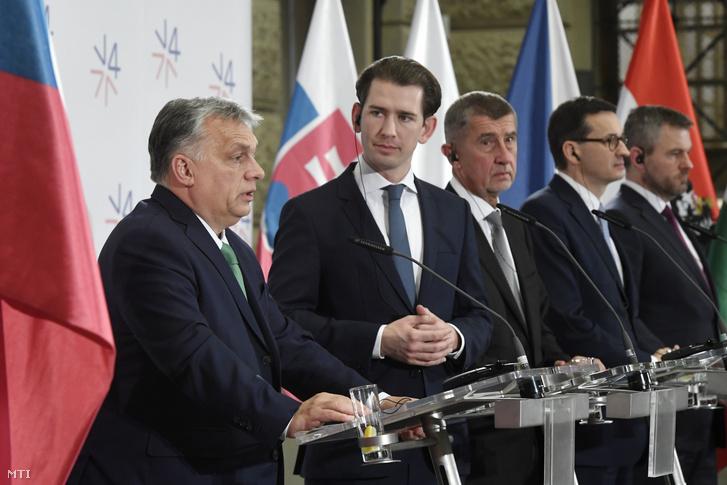 Orbán Viktor, Sebastian Kurz osztrák kancellár valamint Andrej Babis cseh Mateusz Morawiecki lengyel és Peter Pellegrini szlovák kormányfõ (b-j) a visegrádi országok (V4) kormányfői csúcstalálkozóján tartott sajtótájékoztatón a prágai Nemzeti Múzeumban 2020. január 16-án.