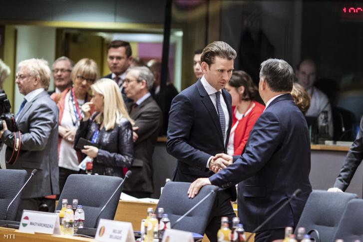 Sebastian Kurz osztrák kancellár és Orbán Viktor magyar kormányfő kezet fog az EU-csúcs elején Brüsszelben 2019. március 21-én