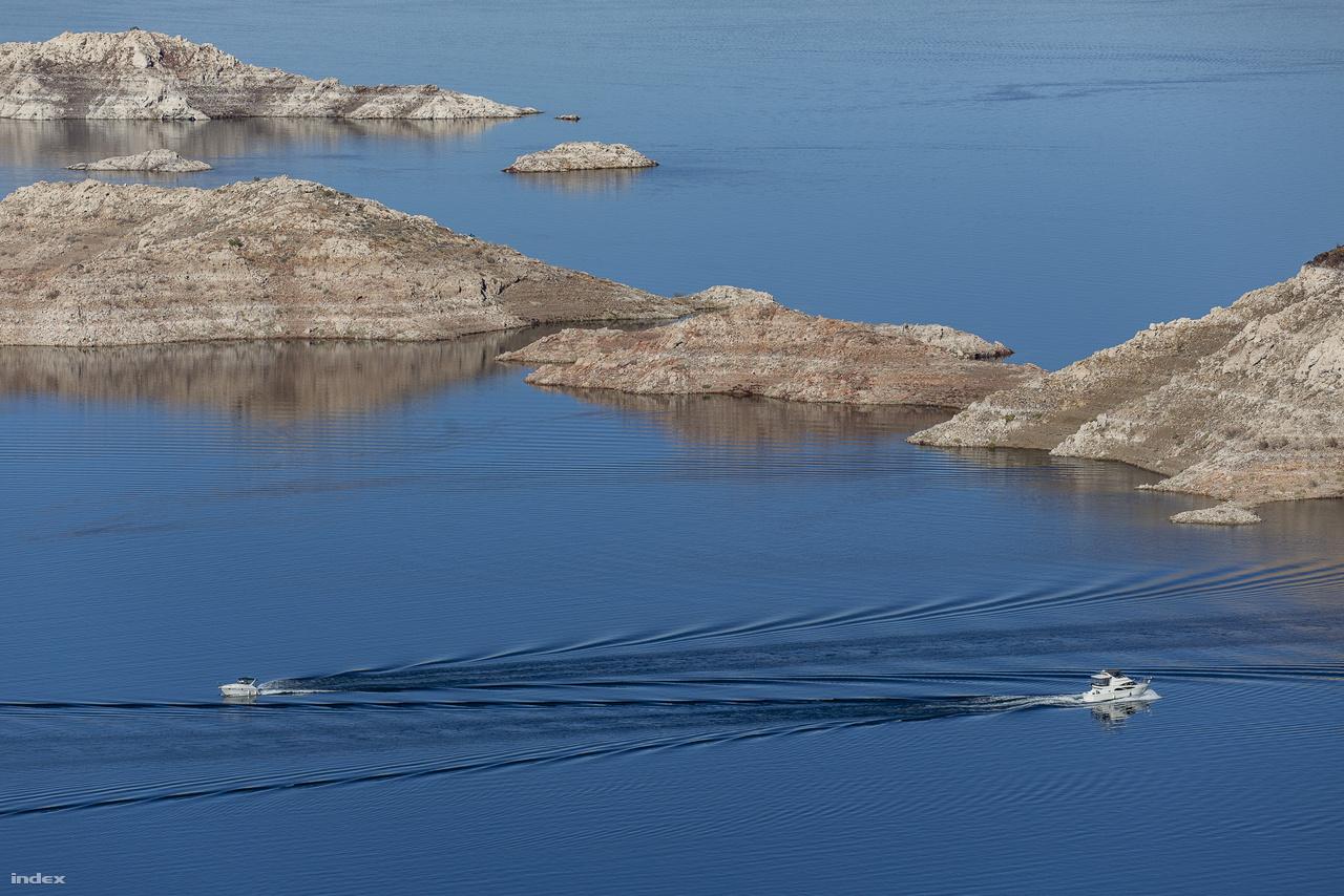 A Colorado-folyó felduzzasztásával kialakult Mead-tó az Egyesült Államok legnagyobb víztározója, ami Arizona, Kalifornia és Nevada államok közel húszmillió lakójának vízellátását, egyben a környező mezőgazdasági területek öntözését biztosítja. A 180 kilométer hosszú, nagyjából 600 négyzetkilométernyi felületű mesterséges tó 1964 óta nemzeti rekreációs övezetnek számít, strandok, vízi sportolási lehetőségek várják itt a turistákat és a helyi lakosokat.
