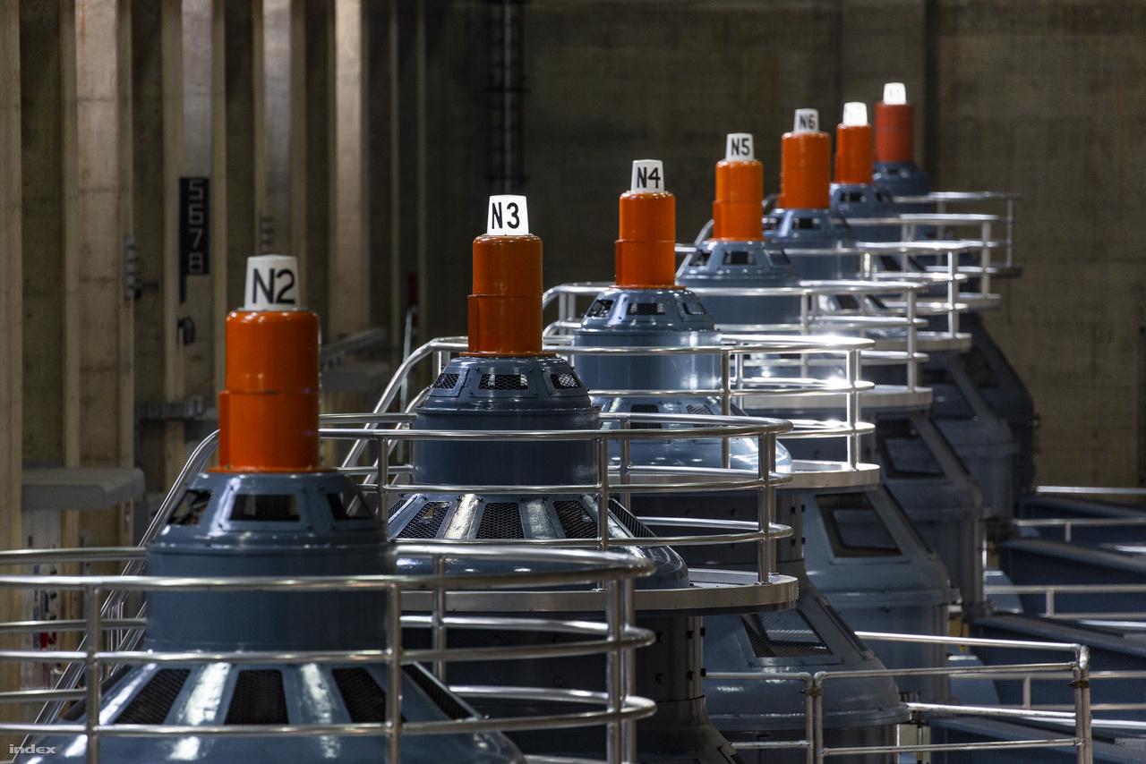 A turbinák persze nem mind egyszerre működnek, meghatározott ciklusokban termelik az áramot, a tetejükön lévő lámpa jelzi, ha épp gőzerővel dolgoznak azon, hogy például Las Vegas szállodái, kaszinói bevilágíthassák az éjszakát. A fotó tehát a laikus szemlélőnek is elárulja, hogy ottjártunkkor a nevadai oldalon épp a hármas, a hetes és nyolcas turbinát pörgette a Colorado vize.