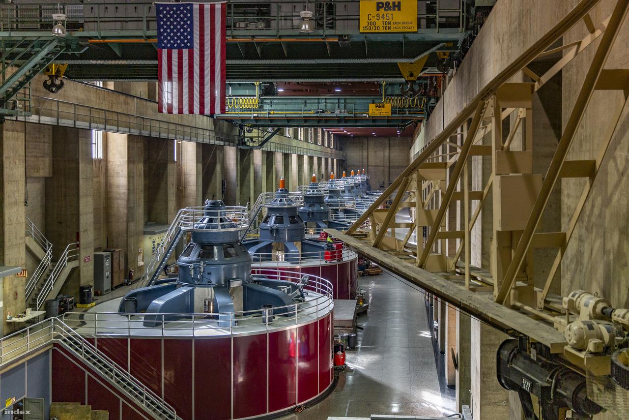 A nevadai oldal 198 méter hosszú, 23 méter belmagasságú turbinacsarnoka. Itt nyolc, nagyjából egyforma egység termeli az áramot, míg a szemközti, arizonai oldalon hét nagy és két kisebb turbina sorakozik. Tehát az erőműben összesen 17 Francis-típusú, függőleges tengelyű turbina dolgozik, ebből 15 darab 187 ezer lóerős, egy 100 ezer lőerős és egy 86 ezer lóerős, amikhez 13 darab 130 ezer kilowattos, két 127 ezer kilowattos egy 68 500 és egy 61 500 kilowattos generátor kapcsolódik.