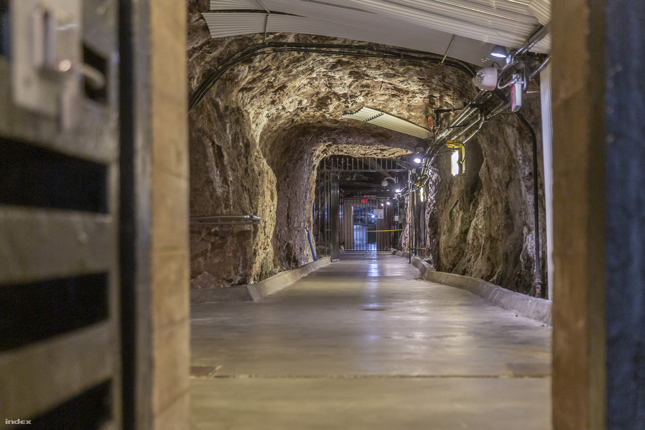 Az erőmű szívébe, a turbináknak otthont adó két hatalmas földalatti csarnokba sziklába vájt folyosókon lehet eljutni némi liftezés után. Nagyjából 150 méteres mélységben járunk.