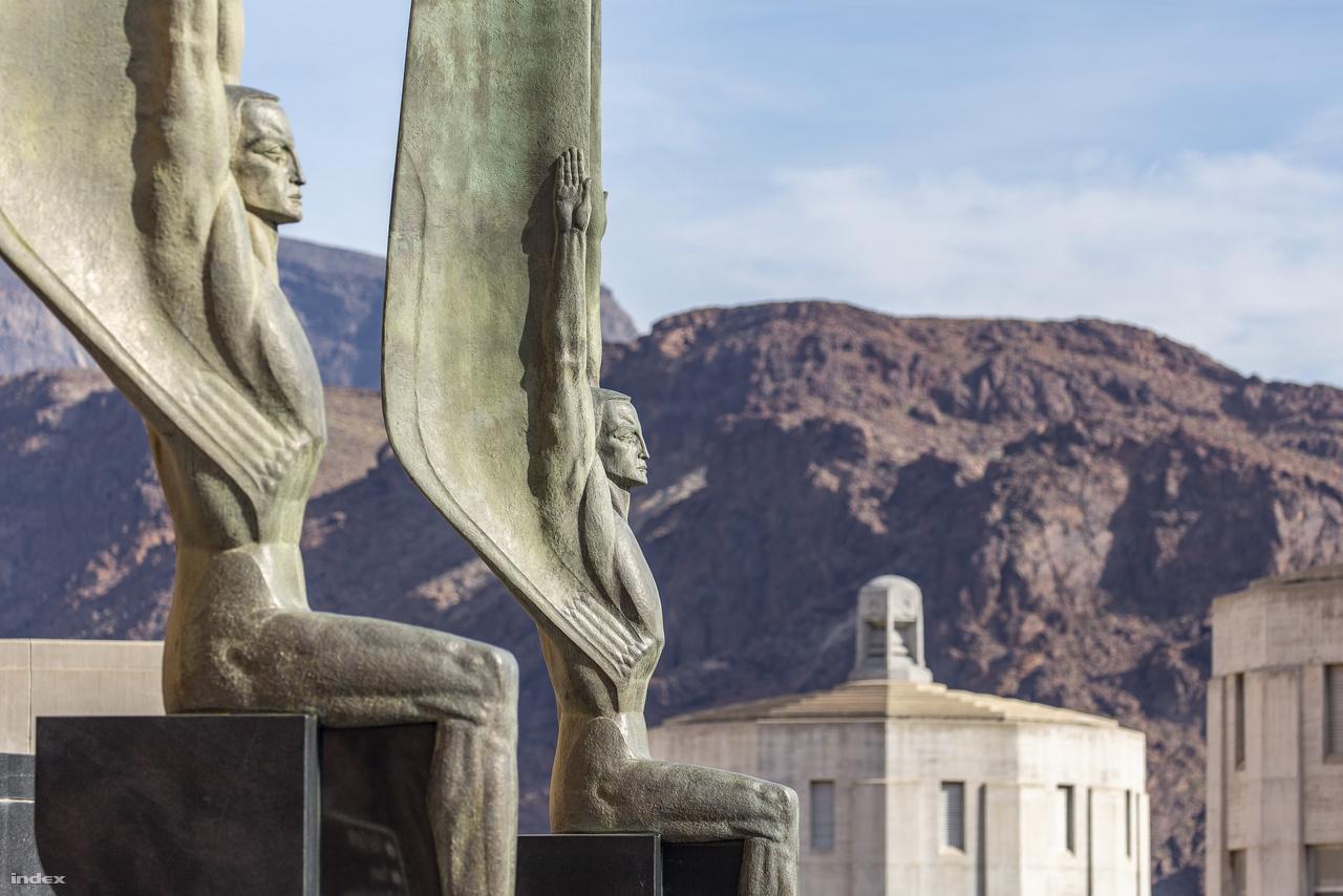 """A """"Köztársaság szárnyas alakjai"""" – a gát őrangyalainak tartott két izmos, szárnyas férfialak Oskar J.W. Hansen emigráns norvég szobrász alkotása, Hansen pályázaton nyerte a lehetőséget a gát központi műalkotásának megformálására. A két ülő figura között áll az erőmű zászlórúdja, amin természetesen az Egyesült Államok lobogója leng."""