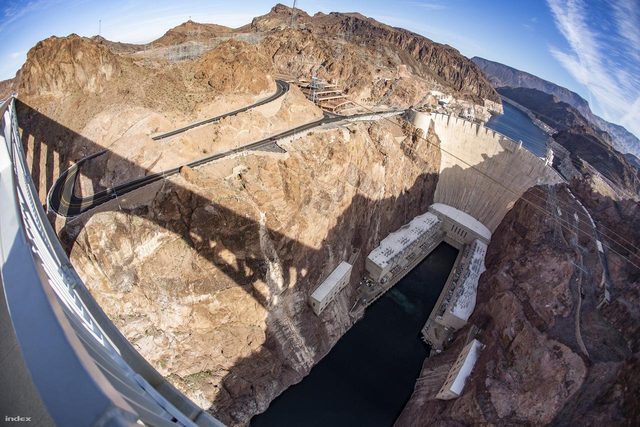 A Hoover-gát a Mike O'Callaghan – Pat Tillmann emlékhídról nézve. A Hoover-gát elkerülőként (Hoover Dam Bypass) is emlegetett hidat egyébként azért kellett megépíteni, mert a gát tetején átvezető I11/93-as úton állandósultak a dugók a gátturizmus miatt, az átmenő – és a hajtűkanyarok miatt balesetveszélyes – forgalom elterelésére pedig a kecses ívtartós híd megépítését találták a legjobb megoldásnak.