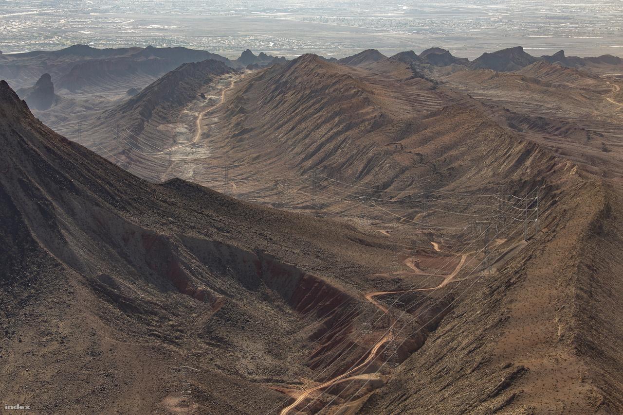 Helikopterrel körberepülve a környéket lehet igazán jól látni, mennyire behálózzák a hegyeket, völgyeket, kanyonokat a Hoover-gát erőművéből kiinduló távvezetékek. Víz és elektromosság – e kettő nélkül szinte nyoma sem lenne manapság az embernek e kietlenségében is gyönyörű sivatagi tájékon. Hogy ez jó-e avagy sem, döntse el mindenki maga.