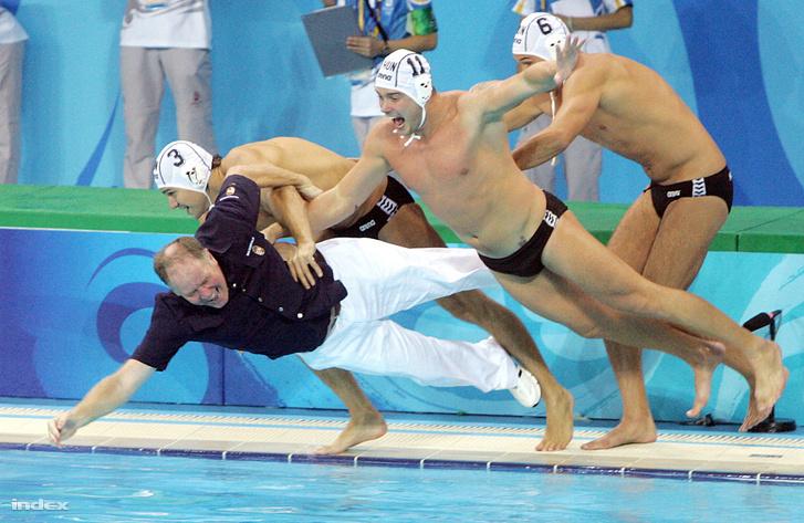 Madaras Norbert, Kis Gábor és Hosnyánszky Norbert a vízbe rántja Kemény Dénes szövetségi kapitányt a Jingtung uszodában, miután a magyar férfi vízilabda-válogatott 14:10-re győzött az Egyesült Államok csapata ellen, és ezzel megszerezte az aranyérmet a XXIX. Nyári Olimpiai Játékokon.
