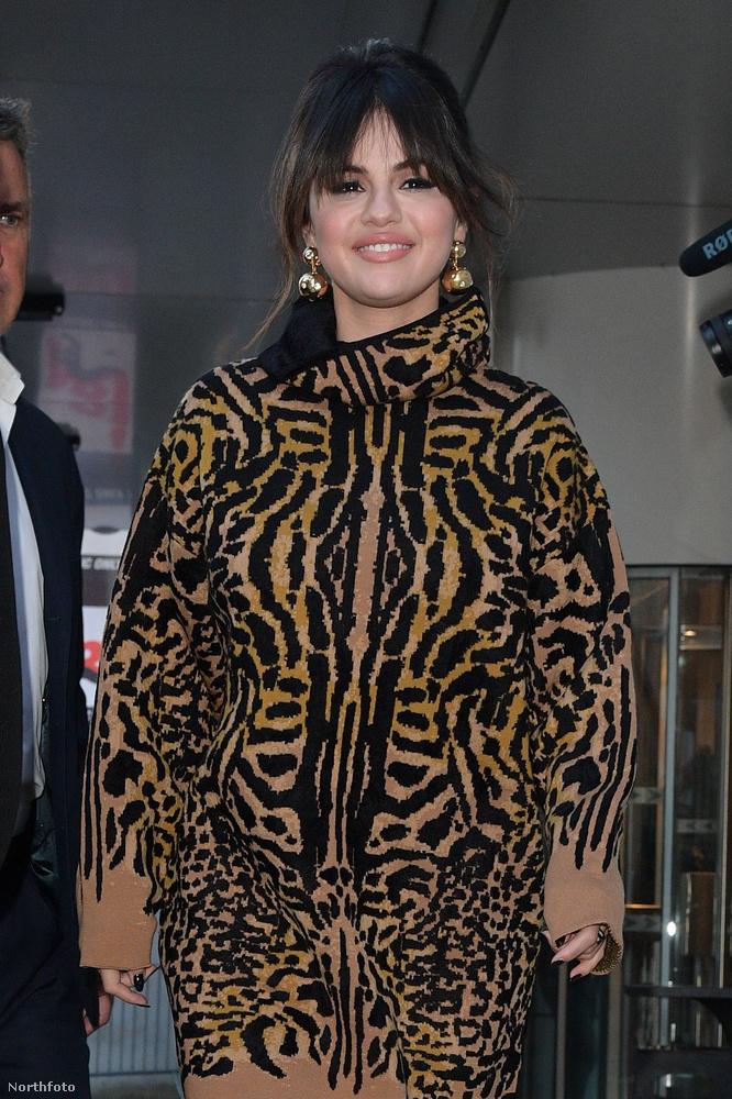 Ez a leopárdmintás kezeslábas, amit tavaly decemberben viselt, viszont már kevésbé szexi.