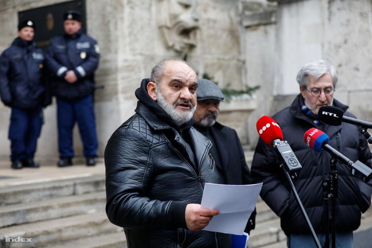 Horváth Aladár, a Roma Parlament Egyesület elnöke a Legfelsőbb Kúria épülete előtt tartott sajtótájékoztatón