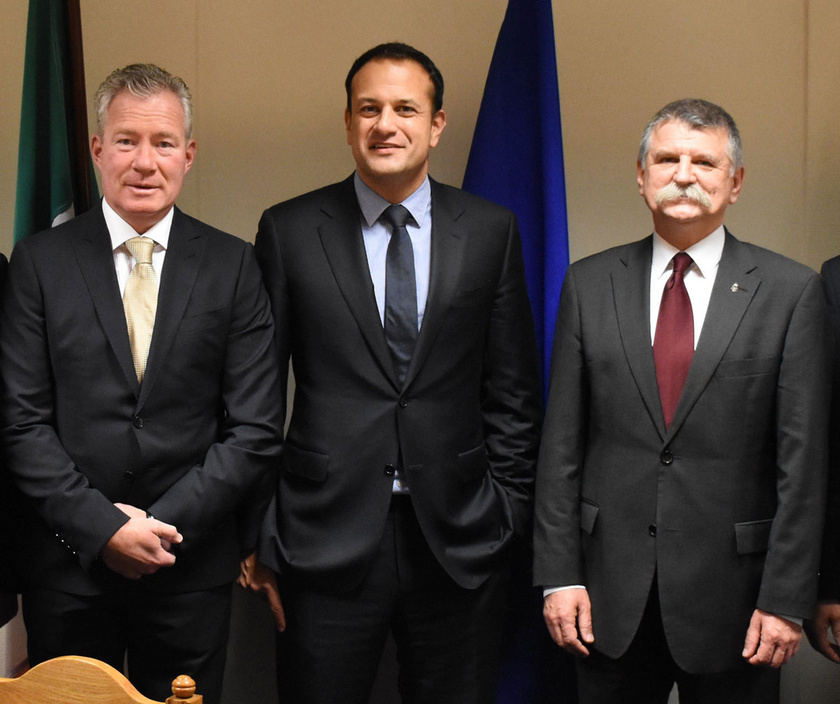 2017 novemberében Kövér Lászlót, az Országgyűlés elnökét (jobbra) fogadta Dublinban Leo Varadkar ír miniszterelnök (középen). A bal oldalon Pálffy István, Magyarország dublini nagykövete.