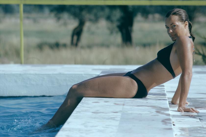 A medence című, 1969 januárjában megjelent filmben többször is láthatták őt falatnyi bikiniben.