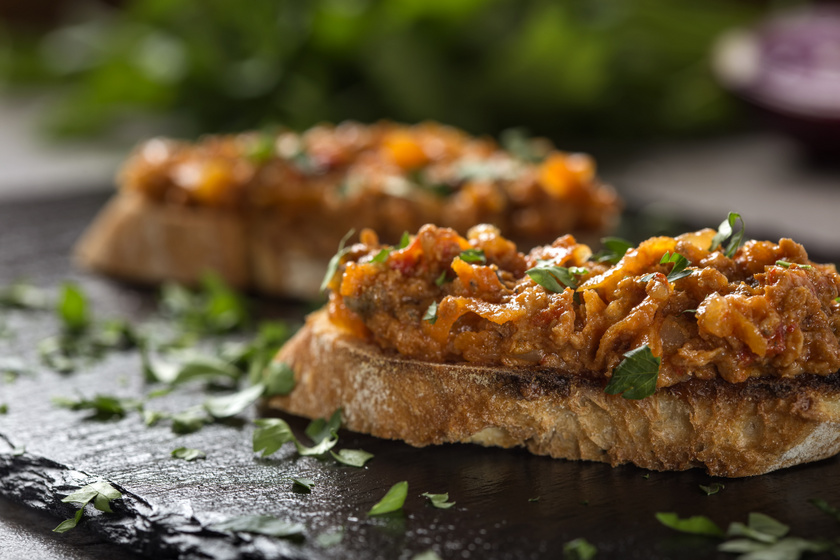 A babos zakuszka hagyományos erdélyi étel. A zöldségkrém babos változatába is kerül hagyma, paprika és paradicsom is, amelyek mind-mind növelik jótékony hatását.