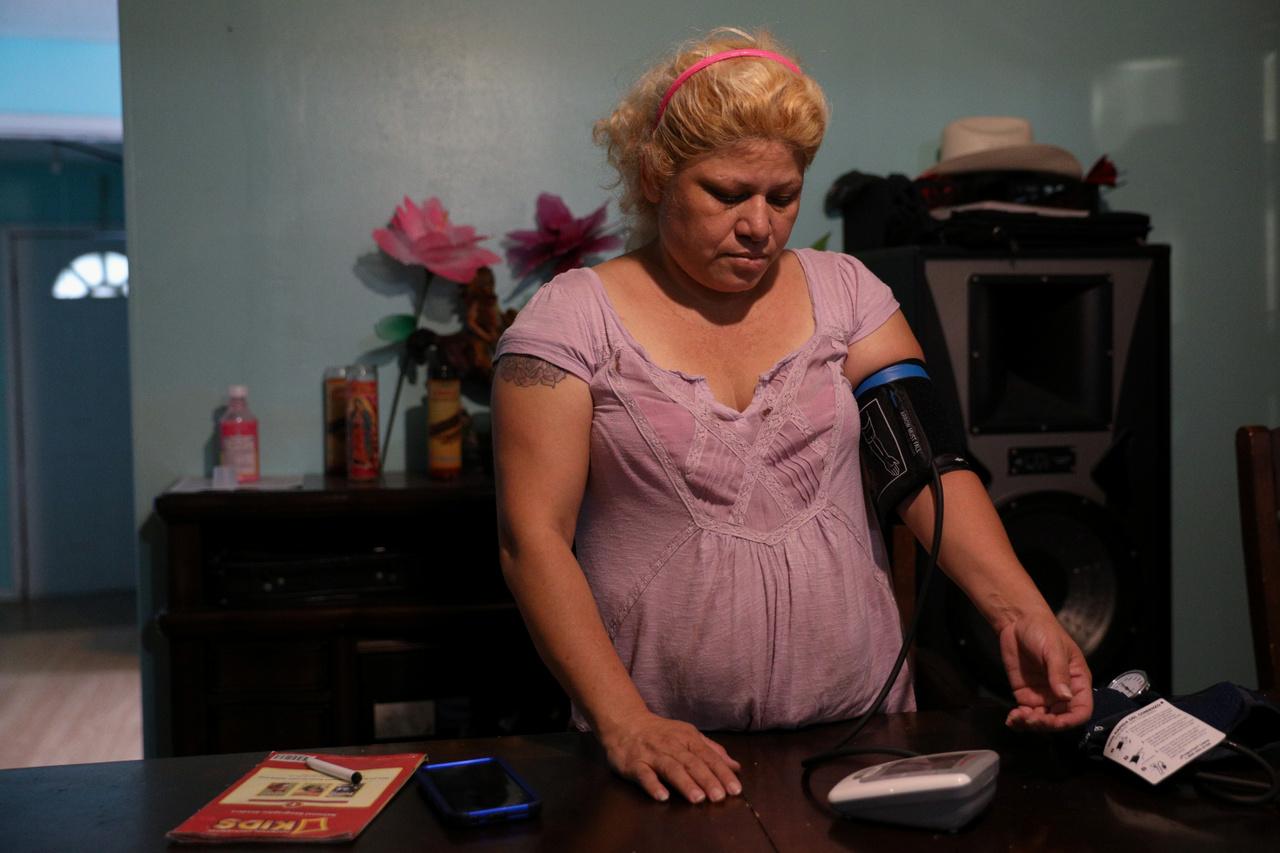 Dennys Nieto a vérnyomását méri otthonában. Azt mondja, a rossz levegő miatt fáj a tüdeje,a feje, a torka és szívproblémái is vannak.