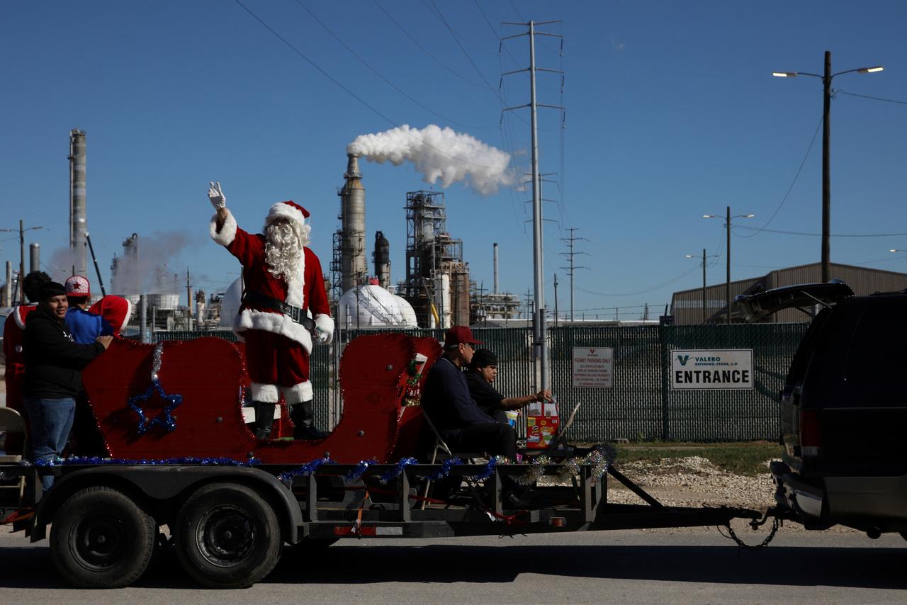 Karácsonyi felvonulás a Valero tornyai előtt. Az eseményt amúgy pont ez a vállalat támogatta.