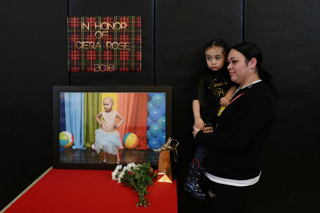 Natalie Contreras és lánya, Rosalinda a négy évesen rákban elhunyt lánya, Ciera Rose képe előtt.