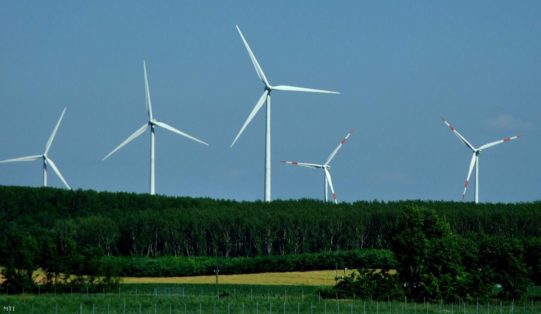 Villamos energiát termelő szélturbinák sora Bábolna határában
