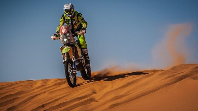 Élet és halál között van a Dakaron bukott motoros