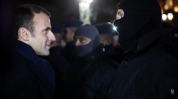 Rendőrök segítettek kijutni Macronéknak a színházból