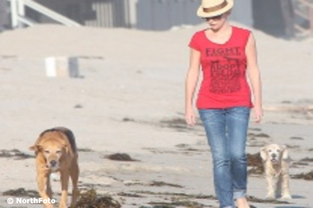 Charlize Theron kutyát sétáltat