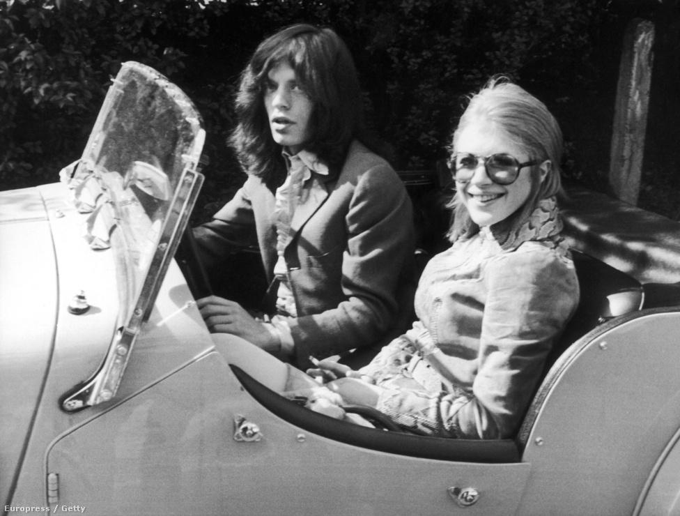 Mick Jagger és barátnője, Marianne Faithfull 1969-ben, amint épp a bíróságot hagyják el, ahol egy marihuána birtoklási ügyben jártak. Faithfull személye nem csak érzelmileg, de zeneileg is szorosan összefonódott a Stonesszal. Első jelentős kislemezének dalát Jagger és Richards szerezte még 1964, de ő is közreműködött később a Stones albumain.