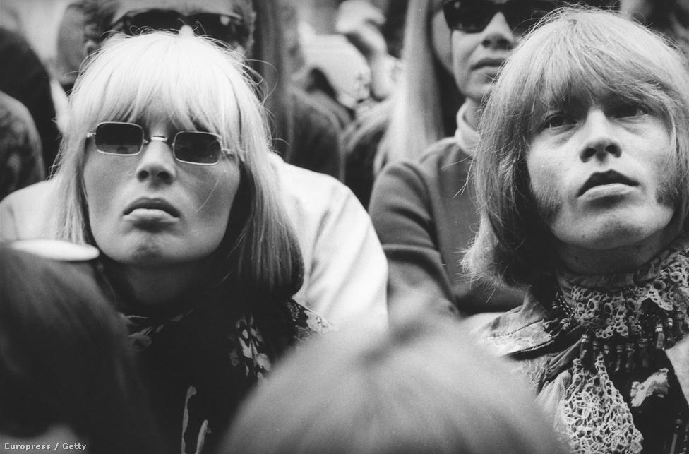 Nico és Brian Jones 1967-ben. Jonest mondták a Rolling Stones legstílusosabb tagjának, így nem meglepő hogy az Andy Warhol mellől ismert Nicóval is jó kapcsolatot ápolt. A modell-énekesnőt egyébként leginkább a Velvet Undergrounddal közös lemezéről lehet ismerni.