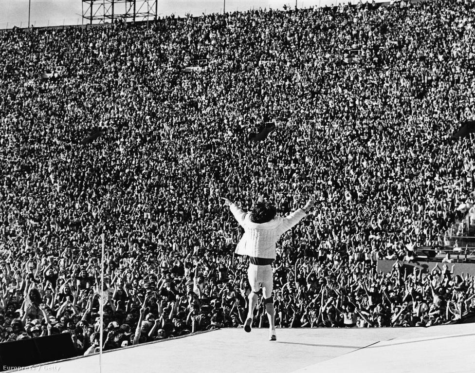 Százezer rajongó előtt pózol Mick Jagger a Rolling Stones amerikai turnéjának Los Angeles-i állomásán 1981-ben.