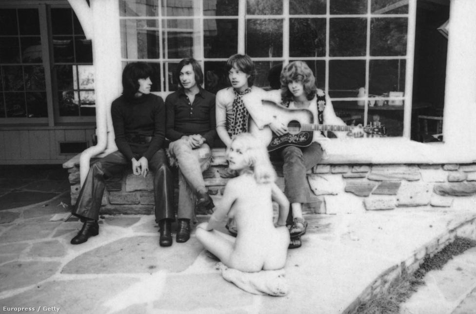 A Rolling Stones 1969-ben Keith Richards nélkül egy pucér, Angel nevű nővel egy kaliforniai villában, készülve az amerikai turnéjukra. A drogok mellett a Stones  tagjai a nőügyeikről is hírhedtek voltak. Ugyan volt mindegyiküknek hivatalos barátnője folyamatosan, ám ez nem akadályozta meg őket abban sem, hogy egymás partnerét vigyék ágyba.