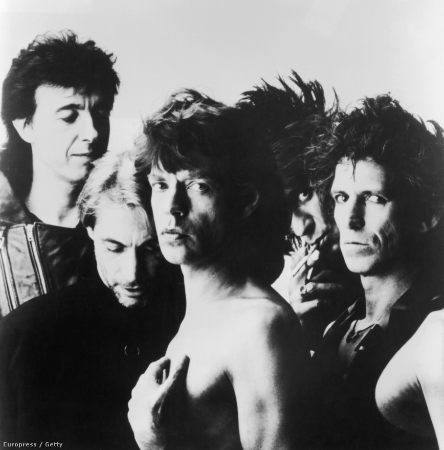 A Rolling Stones 1990-es felállása. Balról jobbra: Bill Wyman basszusgitáros, Charlie Watts dobos, Mick Jagger énekes, Ronnie Wood és Keith Richards gitárosok. Wyman 1993-ban szállt ki a zenekarból, a helyére nem vettek be állandó basszusgitárost.