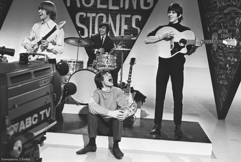 A Rolling Stones egy tévéfellépés próbáján 1964-ben. Ekkor még nem voltak klipek, a zenekarok az ilyen fellépések alkalmval növelték rajongótáborukat.