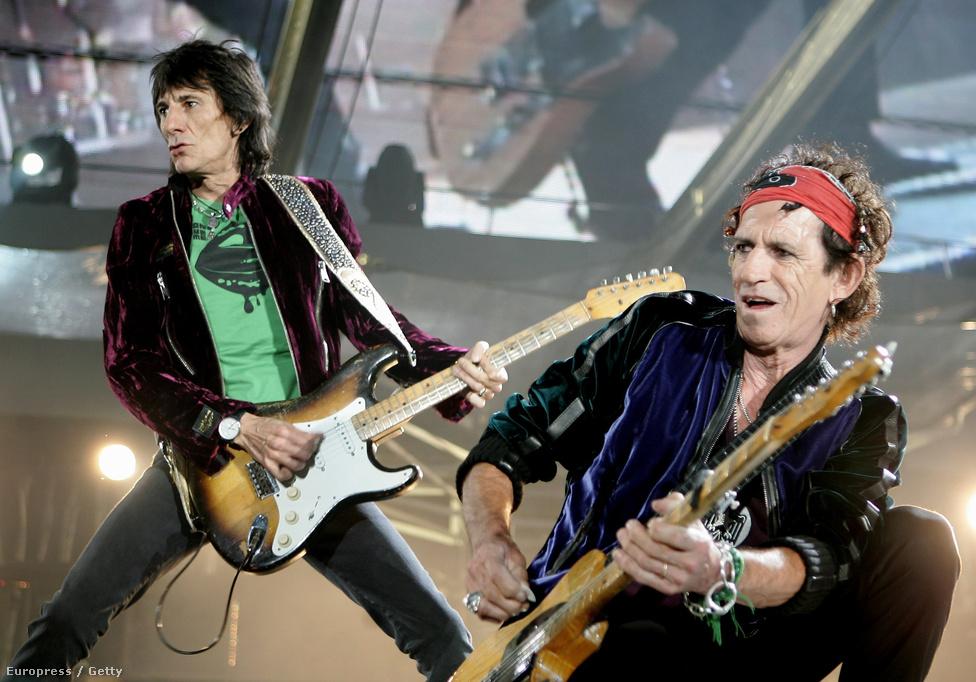 Ron Wood és Keith Richards gitárosok 2006-ban a  színpadon az A Bigger Bang lemez turnéján. A körút 2007-es befejezése óta nem koncertezett a Rolling Stones, és lemezt sem adtak ki. A mostani 50. évforduló alkalmából viszont minden lehetséges.