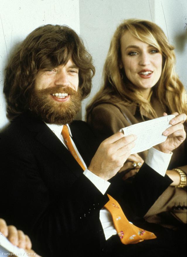 Mick Jagger és Jerry Hall modell 1979-ben Párizsban. Hall volt Jagger második felesége, aki négy gyermeket is szült neki. 1999-ben váltak el.
