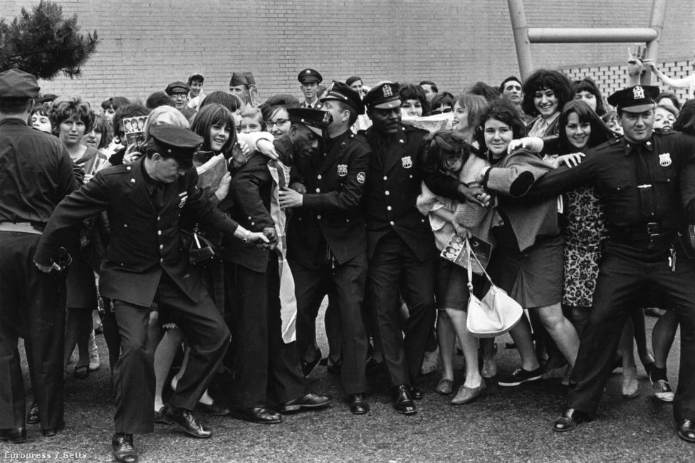 Pár év alatt csaknem akkora mánia alakult ki a Rolling Stones, mint a Beatles körül. Ez a rajongói hisztériában is majdnem ugyanúgy nyilvánult meg, még ha nem is volt a Beatles után ez akkora újdonság. A képen a csapat New York-i közönségét kell visszatartani a rohamtól.
