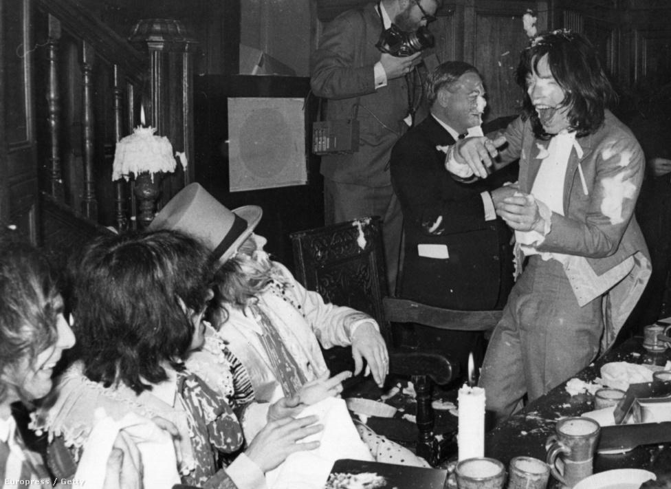 Nagyjából így képzel el az ember egy klasszikus Stones-partit, csak a tortakrém helyett kokain fedne mindent. A kép amúgy a Beggars Banquet lemez megjelenési buliján készül 1968-ban Londonban.
