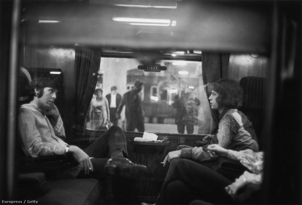 Paul McCartney és Mick Jagger várja a vonat indulását a londoni állomáson 1967-ben. A hatvanas években nem lehetett egyszerre Beatles- és Rolling Stones-rajongónak lenni. Előbbi általában a jólneveltek, utóbbi pedig a lázadók zenekara volt, de ezt sokak szerint csak a sajtó aggatta rájuk, ugyanis az igazán balhés utcagyerekek a Beatlesben voltak. A két csapatot egyébként baráti kapcsolat fűzte egymáshoz.