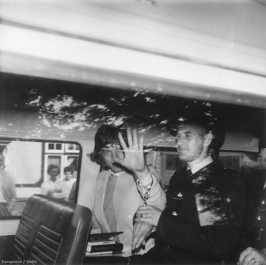Mick Jagger 1967-ben, amint éppen szállítják a börtönbe három hónapos büntetésére. Nem nehéz kitalálni, illegális drogokat találtak nála, és a letöltendő mellé 300 fontos bírságot is kapott.